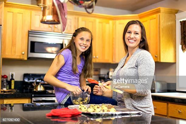 Madre e hija cocinar juntos las cookies