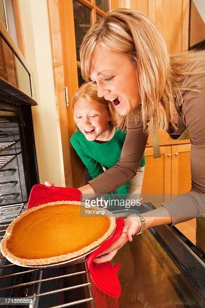 Mère et fille de cuire une tarte Dessert Thanksgiving Citrouille
