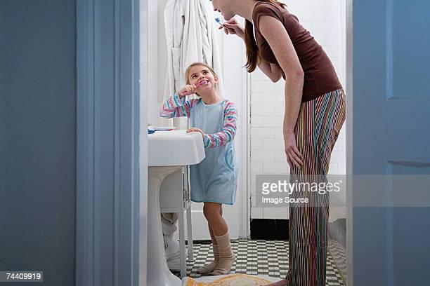 Mãe e filha Lavar os Dentes