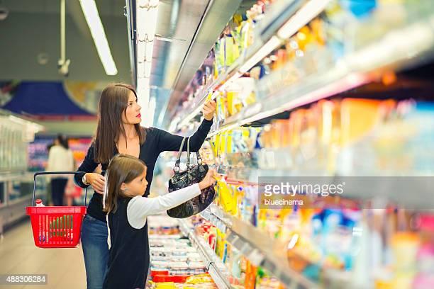 Madre e hija en el supermercado compras