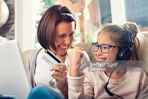Mutter und Tochter Einkaufen im internet.