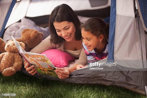 Mère et fille faire du camping