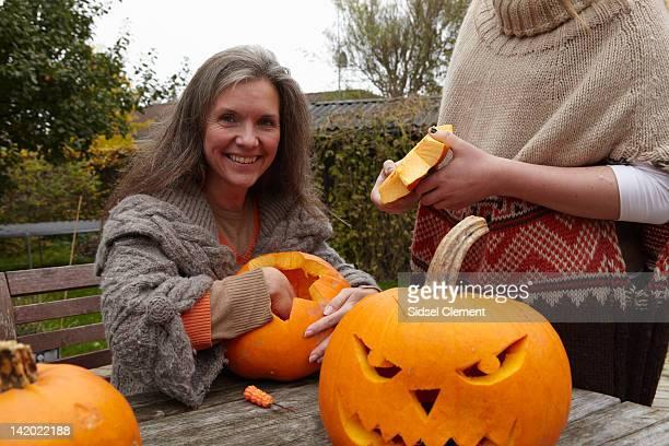 Madre e figlia carving pumpkins