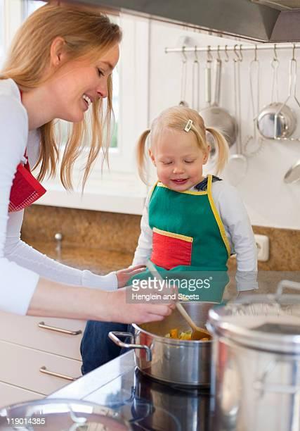 Mãe e filha cozinhar juntos
