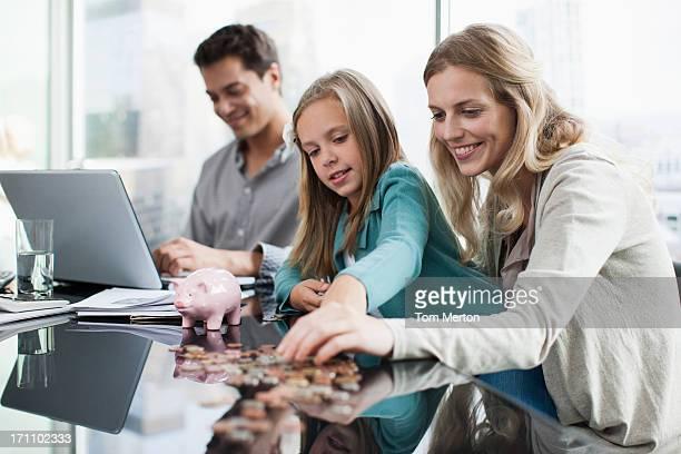 Madre e hija recuento de monedas