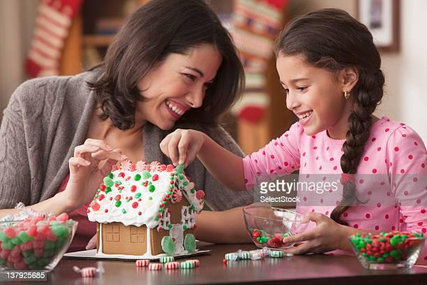 Mutter und Tochter Backen Lebkuchenhaus