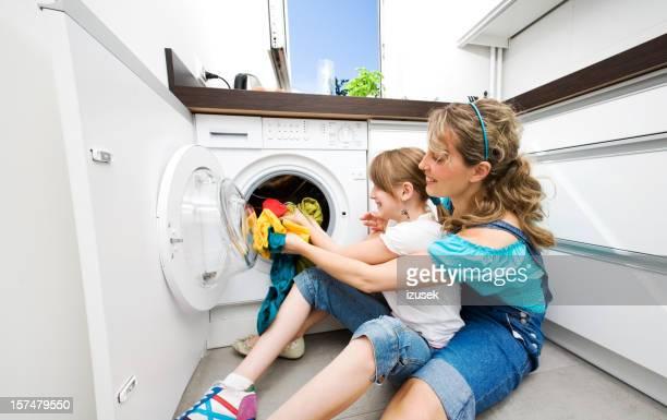 Mère et fille faisant de blanchisserie