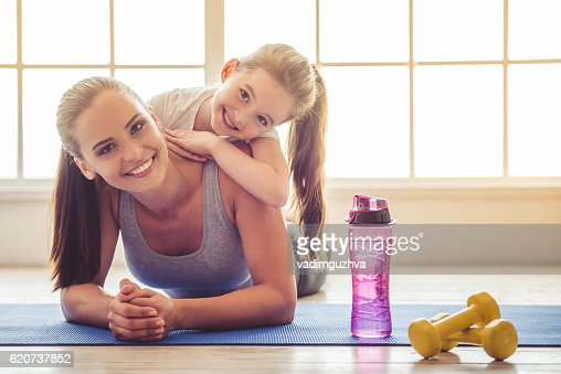 Mother and daughter doing sport : Foto stock