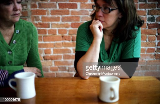 Mother and daughter drink coffee in the afternoon : Foto de stock
