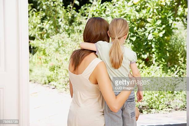 Une mère et sa fille embrassant admirer des animaux sauvages
