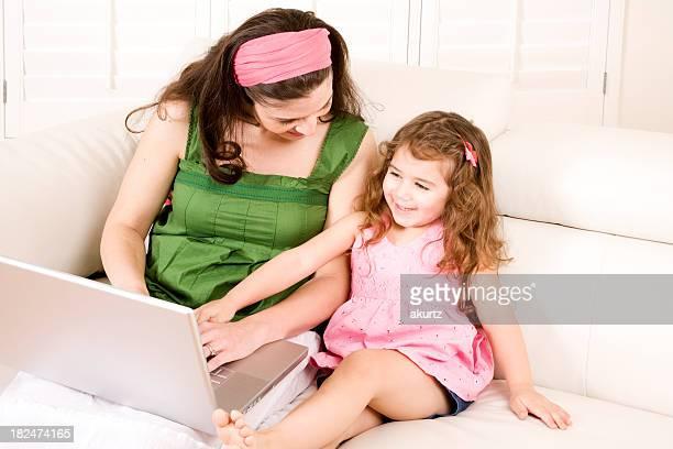 Mãe e filha desfrutar de computador tempo