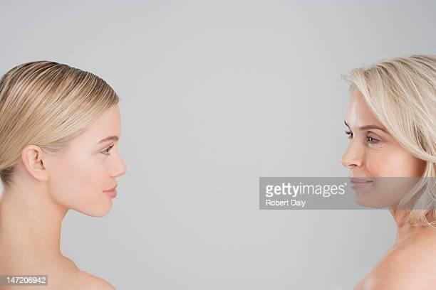 Mère et fille en face à face