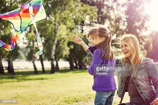 Mãe e filha na natureza Papagaio voar