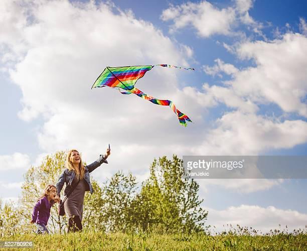 Mãe e filha juntos a voar Milhafre