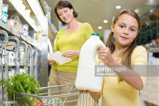 Mère et fille se lait dans un supermarché