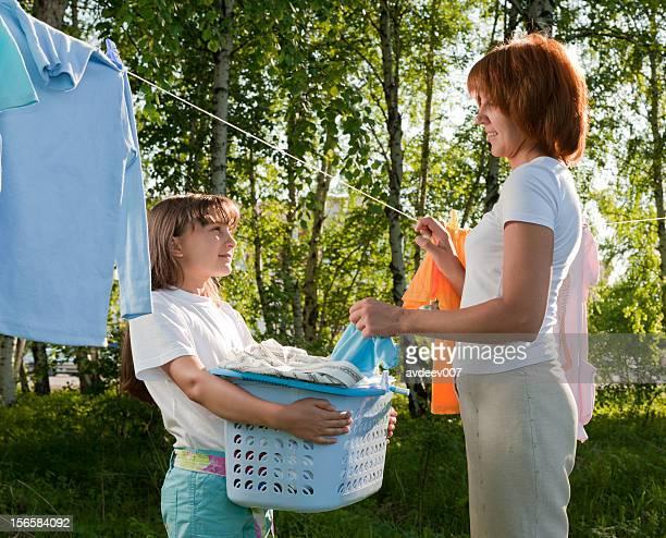 Mère et fille suspendue de blanchisserie