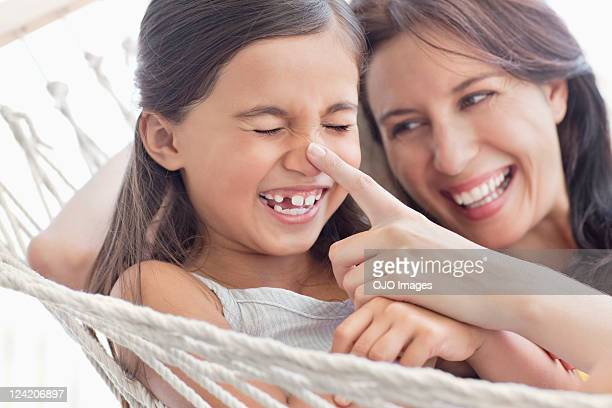 Mutter und Tochter haben Spaß in einer Hängematte