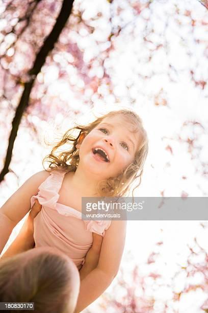Mutter und Tochter Spaß im park