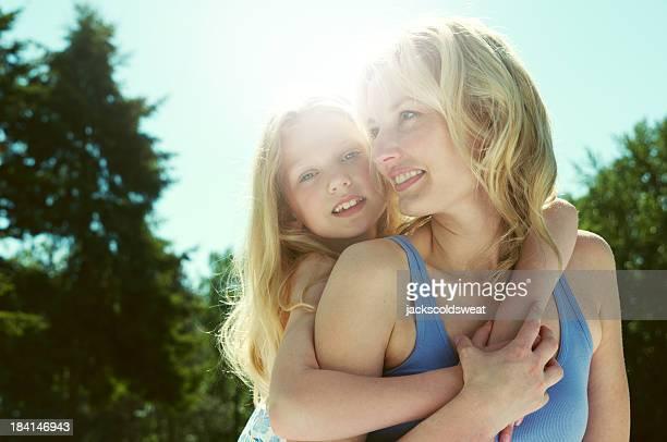Madre e figlia che si diverte nel parco