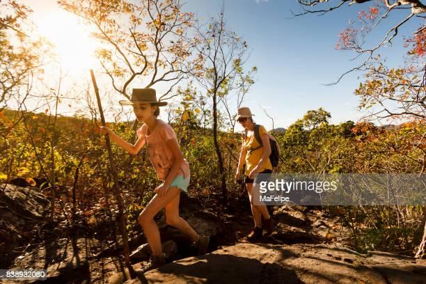 Mutter und Tochter auf einem Pfad in Chapada Dos Veadeiros Wandern