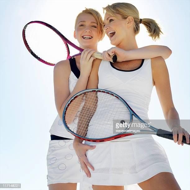 Mutter und Tochter Holding Tennisschläger