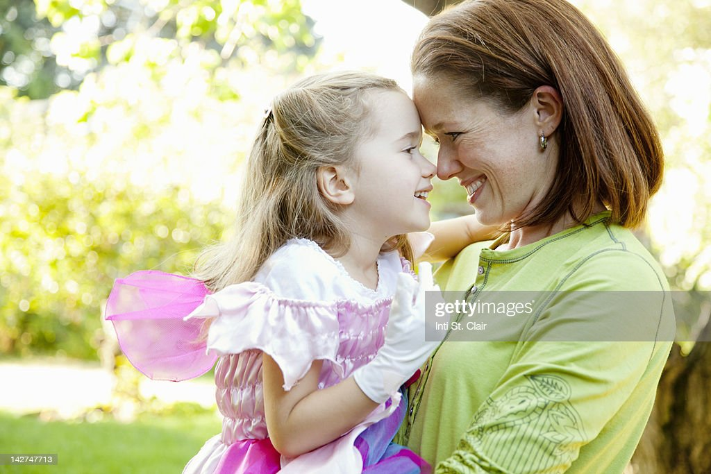 Mother and daughter (4-5) hugging and smiling : Stock Photo