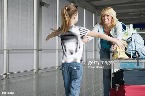 Madre e figlia, abbracciare in un aeroporto