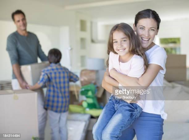 Mãe e filha Agarrar na nova casa