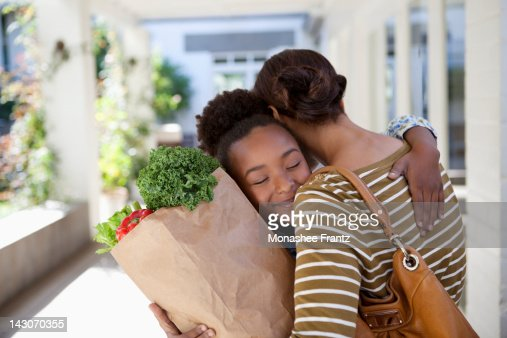 Mother and daughter hugging outdoors : Foto de stock