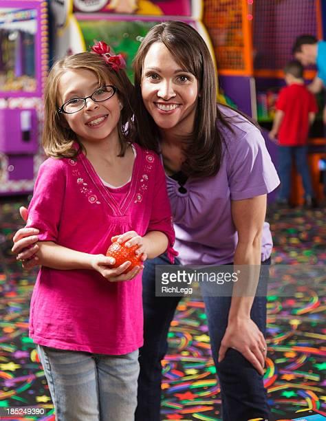 Mutter und Tochter in einem Amusement Arcade