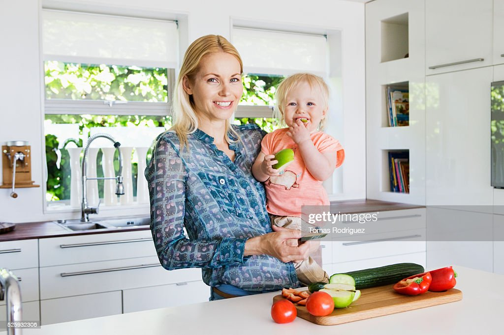 Mother and daughter (12-23 months) in kitchen : ストックフォト