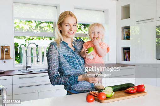 Mother and daughter (12-23 months) in kitchen : Stock Photo
