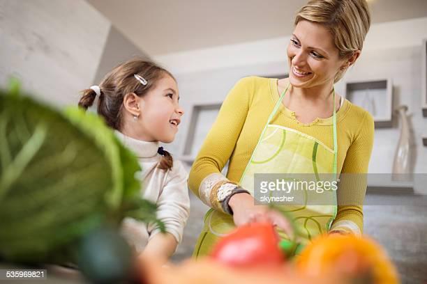 Mutter und Tochter in der Küche.
