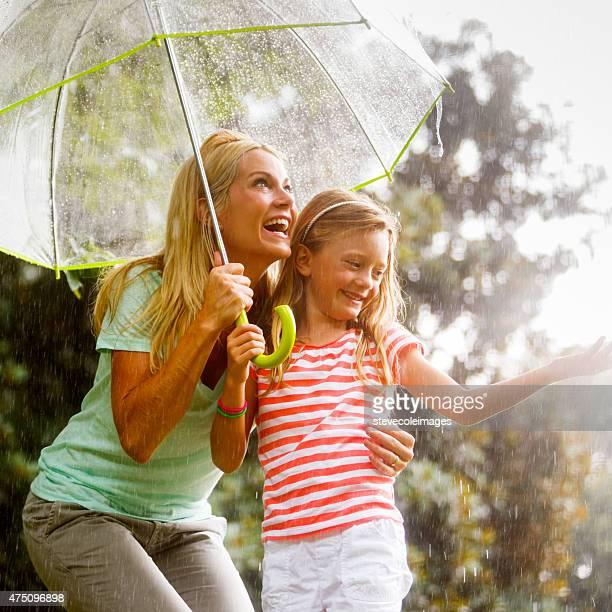 Madre e hija en la lluvia.