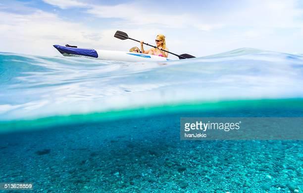Famille faire du kayak sur fond de vagues avec visible