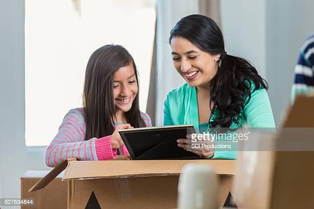 Mutter und Tochter beim Packen schaut an Foto