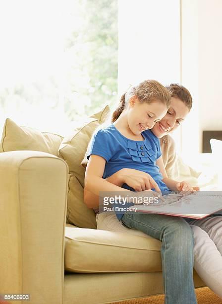 Mutter und Tochter, die ein Foto von album