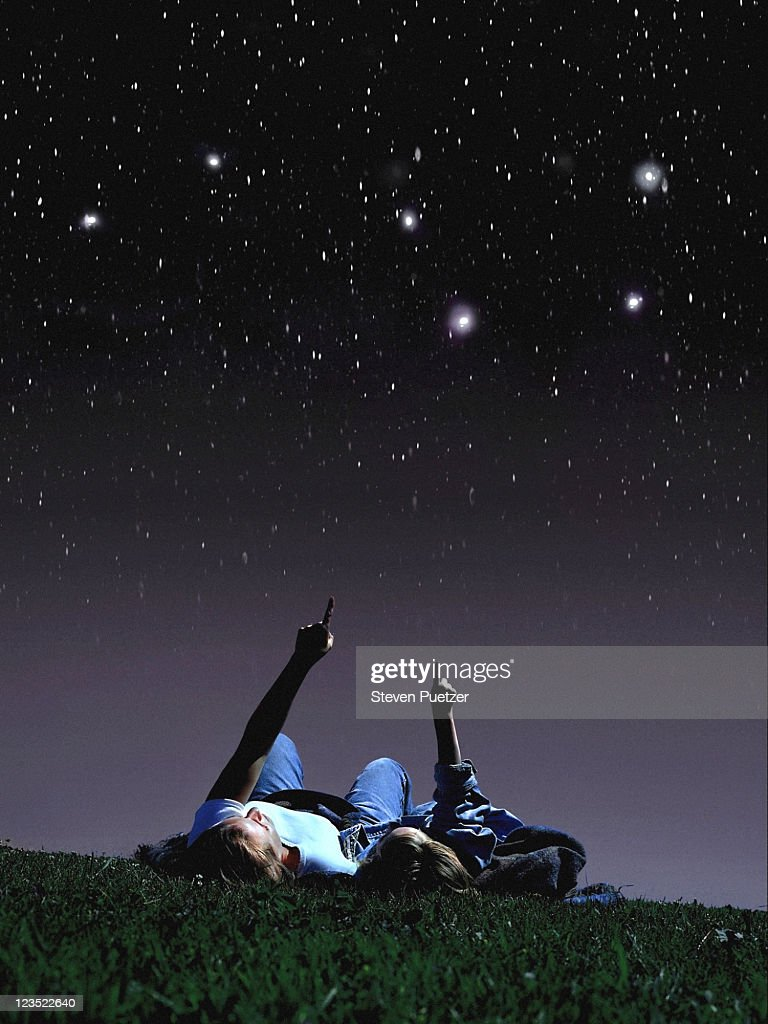 Mother and daughter looking at stars : Stock Photo