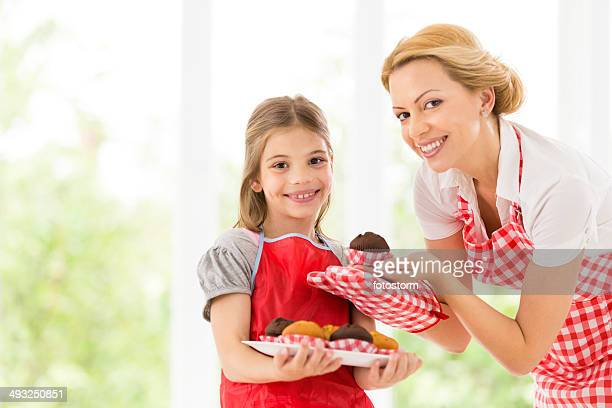 Mère et fille faire des gâteaux