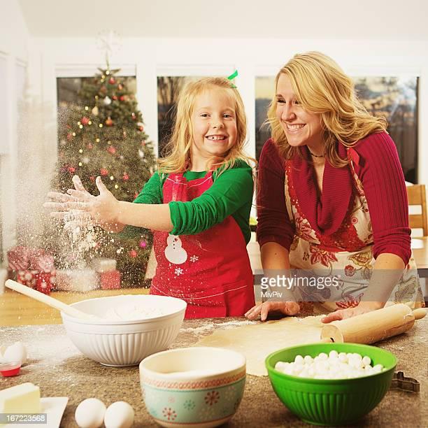 Mutter und Tochter machen Kekse