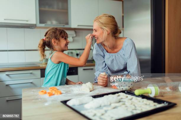 Madre e hija haciendo galletas