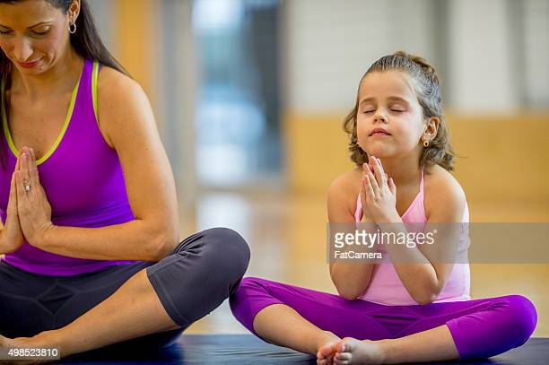 Mère et fille de méditation