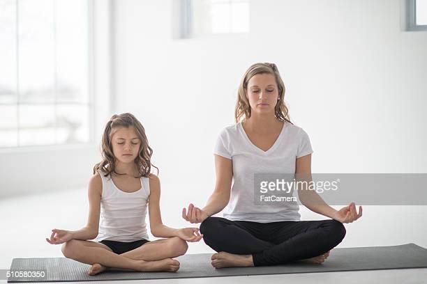 Mère et fille ensemble de méditation