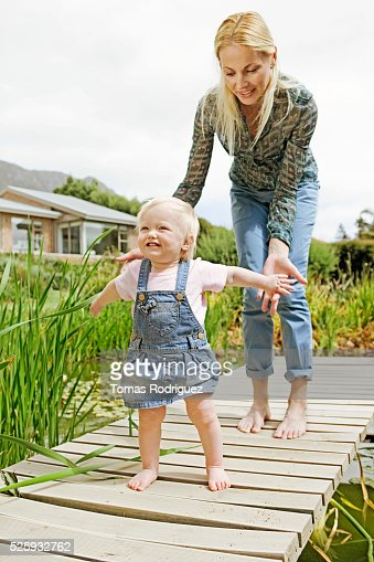 Mother and daughter (12-23 months) on jetty : Stockfoto