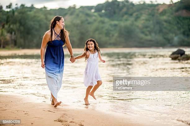 Mutter und Tochter am Strand in Hawaii