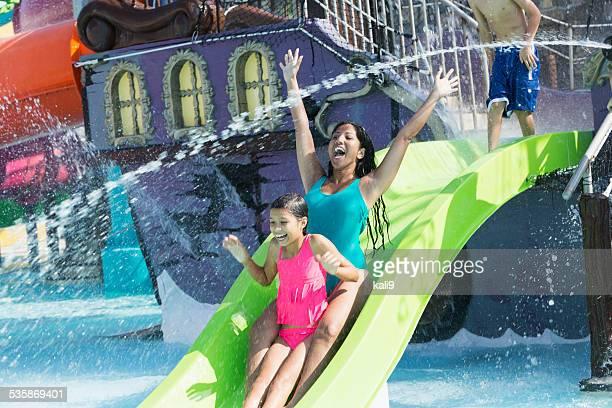 Mère et fille sur le toboggan aquatique