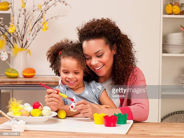 Mère et fille peindre oeufs de Pâques