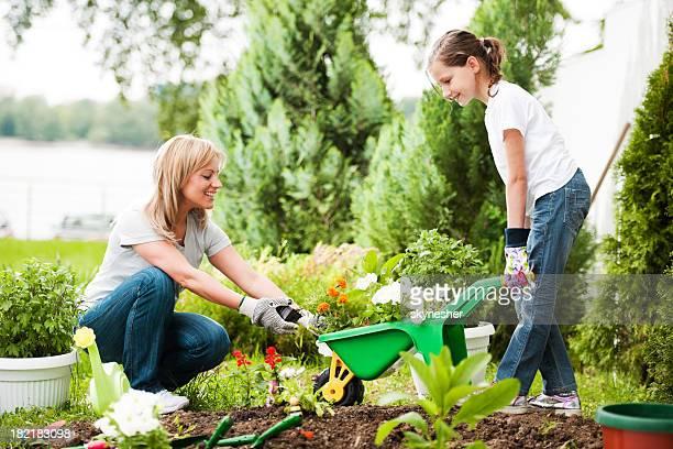 Mutter und Tochter gemeinsam Pflanzen und Blumen.