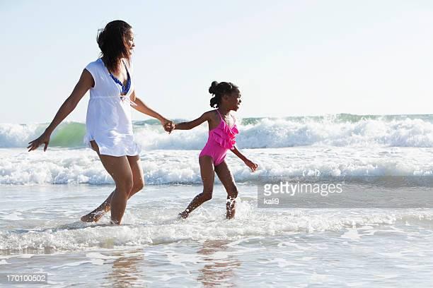 Mãe e filha brincando surf