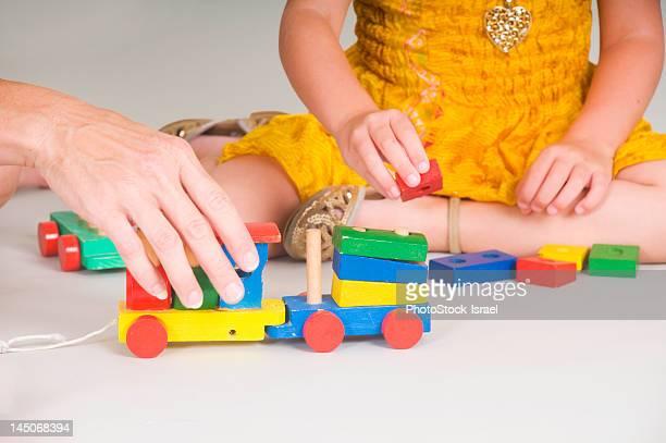 Mère et fille jouant ensemble